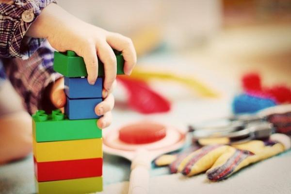 Un enfant traité avec attention, encouragé à être confiant et discipliné, sera plus susceptible de réussir dans la vie. (Image :Esi Grünhagen/Pixabay)