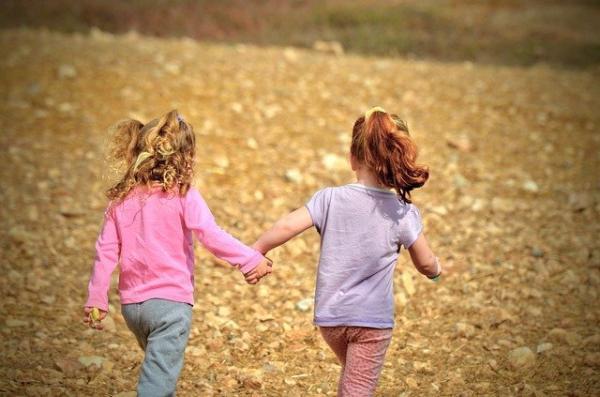 En se faisant des amis et en participant à des activités sociales, les enfants développent la confiance nécessaire lors d'interactions avec les autres. (Image :Moshe Harosh/Pixabay)