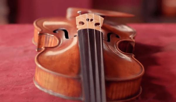 Dans le cadre d'une IRM, le cerveau d'un violoniste montre généralement que les régions associées aux mouvements du doigt gauche sont plus réactives et plus avancées. (Image : Capture d'écran / YouTube)