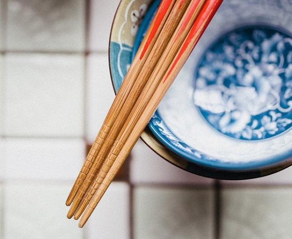 Les baguettes sont originaires de Chine, elles existent depuis plus de 3 000 ans. (Image :tookapic/Pixabay)