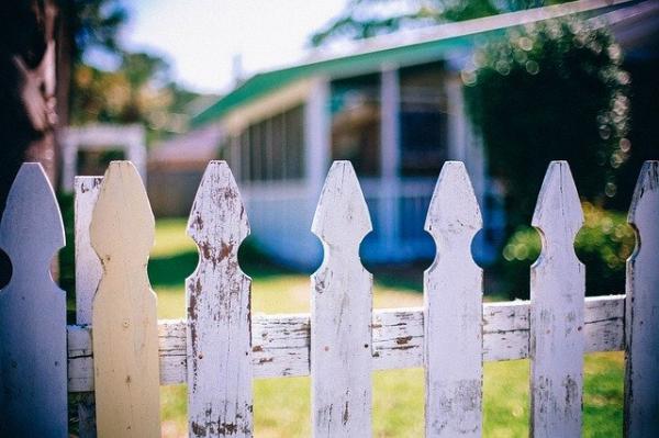 Si vous avez des voisins louches, envisagez d'adhérer à des clubs et des associations. (Image :Domaine Publique /Pixabay)