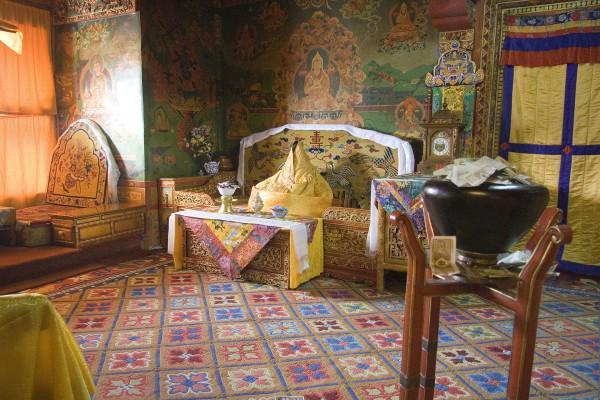Les anciens quartiers du Dalaï Lama. La figure du trône représente Tenzin Gyatso, l'actuel Dalaï Lama. (Image :Luca Galuzzi/Wikimedia /CC BY-SA 2.5)