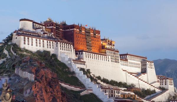 Situé sur les hauts plateaux du Tibet, le Palais du Potala attire l'attention du monde entier. (Image :Coolmanjackey/Wikimedia /CC BY-SA 3.0)