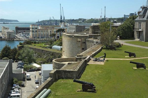 Depuis Richelieu, secrétaire d'État à la Marine, grand maître, chef et surintendant général de la navigation et commerce de France de 1626 à 1642, la ville est un port militaire qui s'est développé autour de son arsenal. (Image : wikimedia / Gary Houston / CC0)