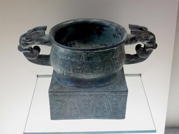 Les bronzes étaient à l'origine fabriqués en terre cuite et faisaient office de vaisselle quotidienne à l'époque néolithique. (Image : wikimedia / musée Cernuschi / CC0)