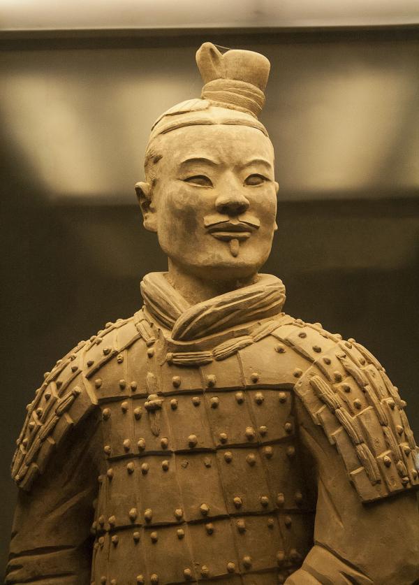 Vue rapprochée d'un archer montrant l'expression du personnage. (Image : Wikimedia / J. Arpon / CC BY-SA)