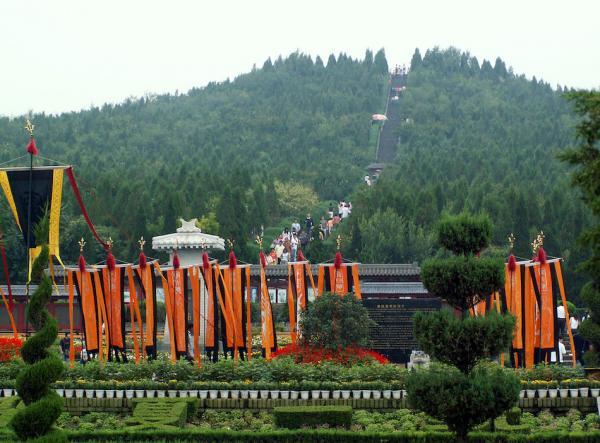 Le mausolée de l'empereur Qin (chinois : 秦始皇陵) se trouve à proximité de la ville de Xi'an. (Image : wikimédia / Unknown artist / Domaine public)