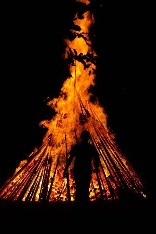 Suivant les région, le feu est préparé de différentes façons. (Image :Hans Braxmeier/Pixabay)