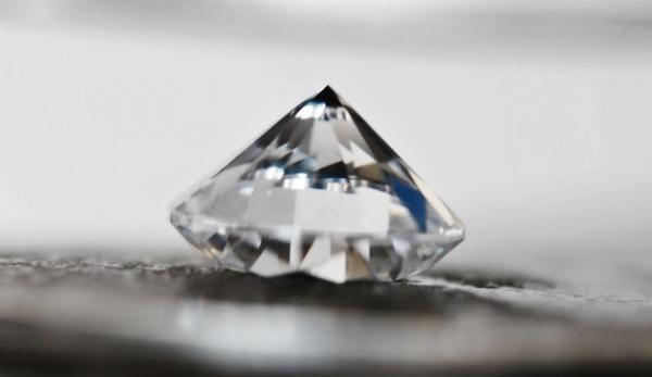 Les diamants pourraient être la solution pour fabriquer des piles plus efficaces, plus sûres et moins chères. (Image : Capture d'écran /YouTube)