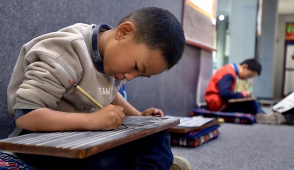 Les écoles de la préfecture autonome de Golok Tibet, dans la province du Qinghai, ont commencé à donner des leçons en chinois au détriment de la langue tibétaine. (Image : Capture d'écran /YouTube)