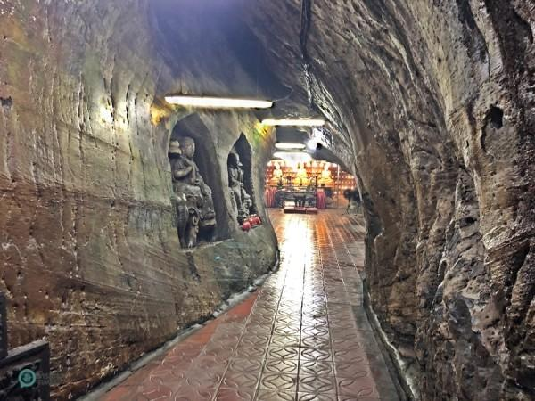 Les sculptures sur les murs créent l'ambiance particulière des grottes de Dunhuang. (Image : Billy Shyu / Vision Times)