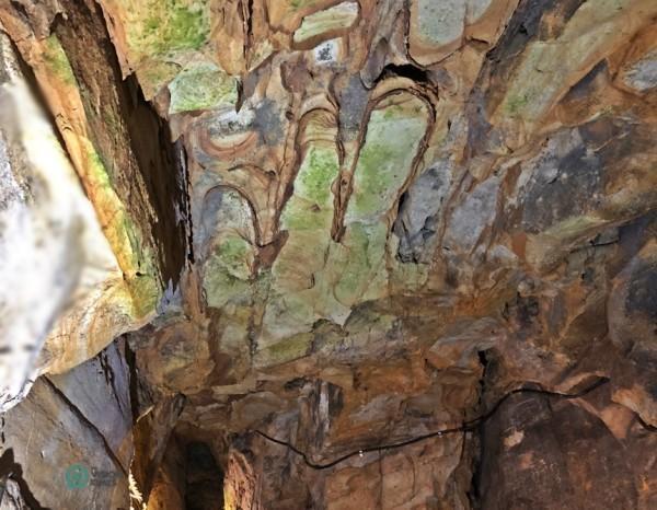 L'empreinte érodée d'une main sur le rocher ressemble à la main de Bouddha. (Image : Billy Shyu / Vision Times)
