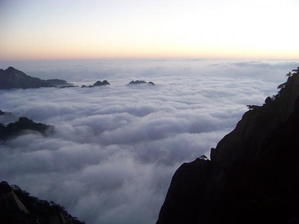 Lorsque la mer de nuages s'élève à une certaine hauteur, elle cache les montagnes proches et lointaines. (Image : simplefree /Pixabay)