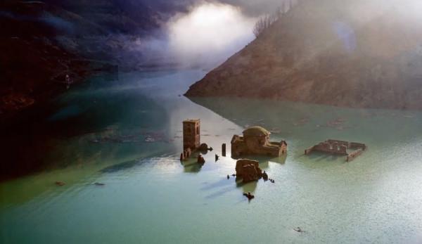 Le village médiéval émerge chaque fois que le lac de Vagli est drainé pour l'entretien du barrage. (Image : Capture d'écran / YouTube)