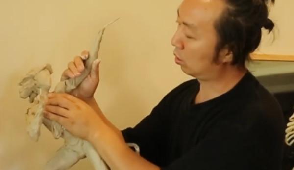 Ben Li est un artiste chinois spécialisé dans la sculpture. (Image : Capture d'écran /YouTube)