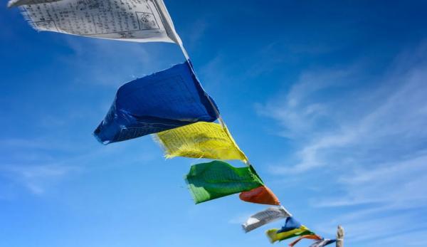 Les drapeaux de prière flottent dans le vent. (Image :Pixabay/CC0 1.0)