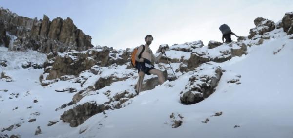 Wim Hof escaladant le Kilimandjaro. (Image : Capture d'écran /YouTube)