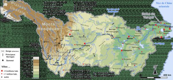 Bassin fluvial du Yang-Tsé: affluents, principales villes et barrages ayant une puissance installée de plus de 2000MW. (Image : Wikimedia / Pline / CC BY-SA)