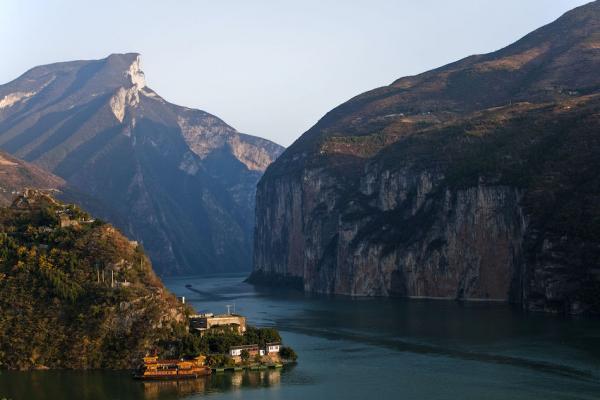 Le Yangzi Jiang, ou Yang-Tsé, dans le défilé des Trois-Gorges. Selon une vidéo la rupture du barrage des Trois-Gorges serait une catastrophe tant au niveau humain qu'au niveau économique. (Image : Wikimedia / Tan Wei Liang Byorn / CC BY)