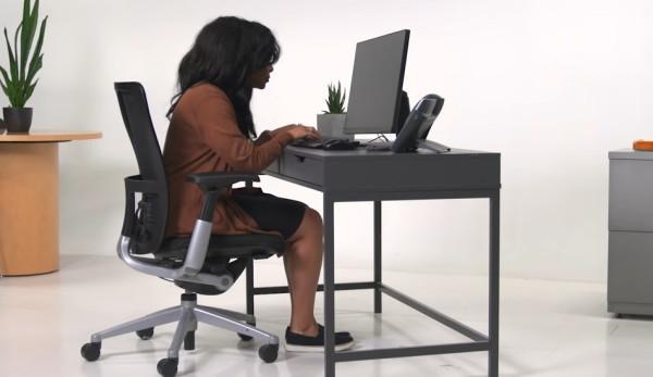 Se pencher en avant en étant assis peut entraîner divers problèmes comme des douleurs cervicales, des douleurs aux épaules et aux genoux. (Image : Capture d'écran / YouTube)