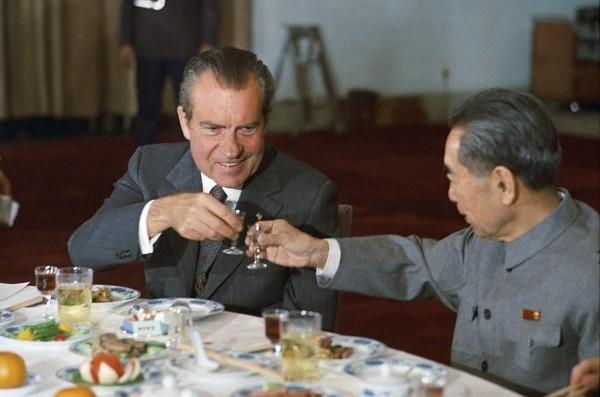 Le président américain Richard Nixon et le premier ministre chinois Zhou Enlai portent un toast lors de la visite de Nixon en Chine en 1972.(Image : Richard Nixon Presidential Library and Museum)