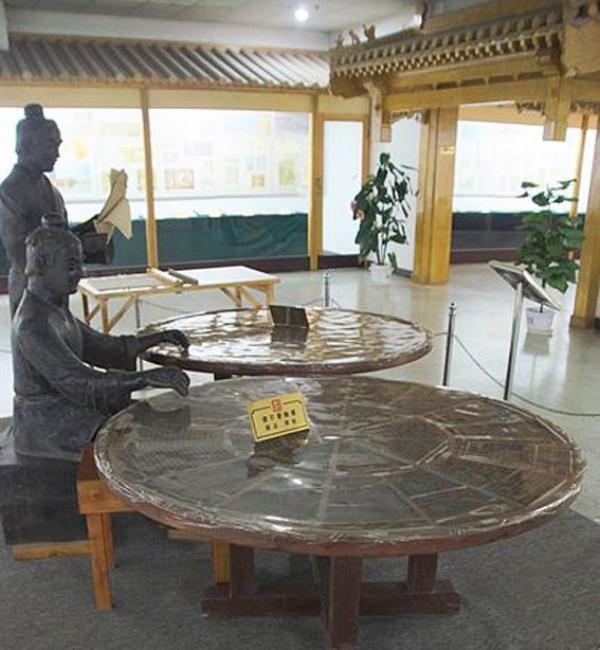 Reconstitution de l'outil de Bi Sheng ( XIe siècle), premier caractères d'imprimerie mobiles, au Musée de l'imprimerie de Chine. (Image : Wikimedia / Domaine public)