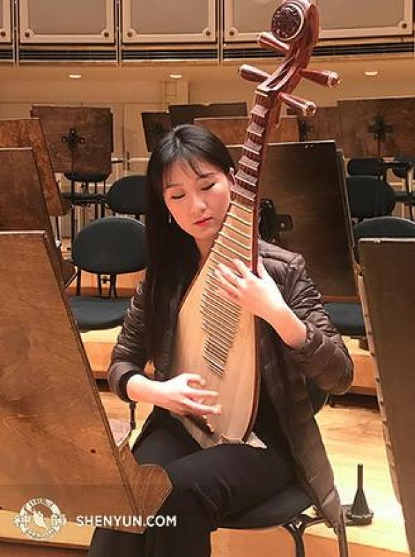 Yu Liang répétant avant un concert à Chicago pendant la tournée de l'Orchestre Symphonique de Shen Yun en 2019. (Photo : Shenyunperformingarts.org)