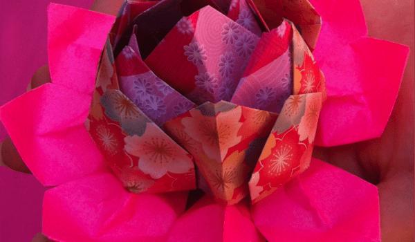 Tendre la main de l'amitié avec une fleur de lotus en papier