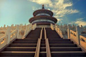 Le Temple du Ciel, considéré comme l'achèvement de l'architecture chinoise traditionnelle, symbolise la croyance chinoise que la Terre est carrée et le Ciel rond. L'empereur considéré comme le « fils du Ciel », représentait le lien avec l'autorité céleste pour préserver le bon ordre sur terre. (Image :My pictures are CC0. When doing composings:/Pixabay)