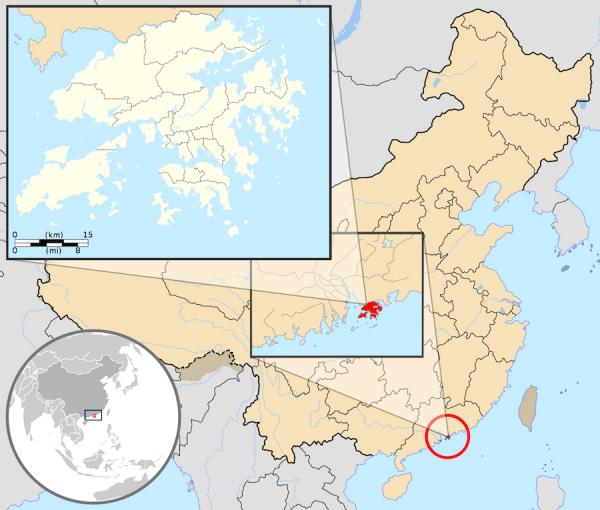 Bien que Deng Xiaoping ait promis aux habitants de Hong Kong que rien n 'allait changer, l 'avenir de Hong Kong était à cet instant plein d 'incertitudes et de facteurs inquiétants, pour ce territoire proche du géant continental. (Image : wikimedia / GFDL / CC BY-SA)