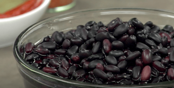 Avec 16,6 grammes par tasse, les haricots noirs contiennent plus de fibres que n'importe quel autre type de haricot. (Image : Capture d'écran / YouTube)