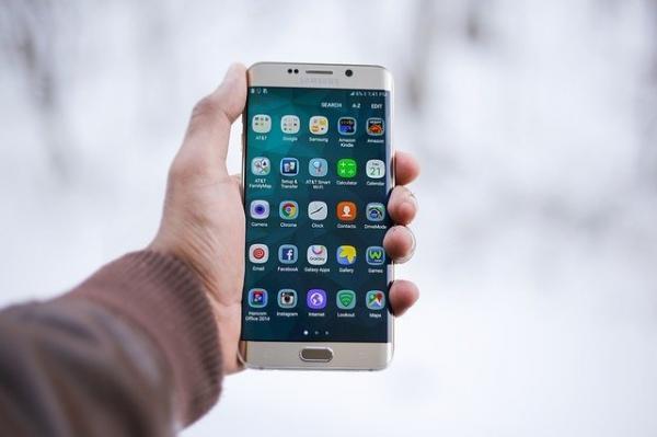 Le smartphone propose depuis les années 2010 des fonctions multiples. Son écran tactile donne accès à l'appareil photo, la caméra, la géolocalisation, la messagerie, le calendrier etc. (Image :Pexels/Pixabay)