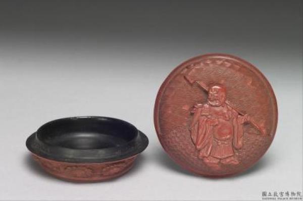 Boîte ronde en laque rouge à décor sculptée à l'effigie de Maitréya, Dynastie Ming, XVIe-XVIIe siècle. (Image : Musée national du Palais / Domaine public) Crédit: Musée national du Palais