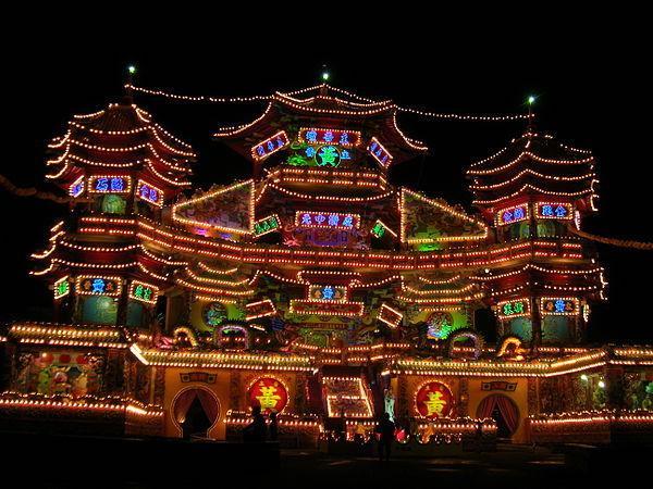 Soirée de Zhongyuan Jie à Jilong, Taiwan. (Image : Wikimedia / 大摩 Bigmorr / CC BY-SA)