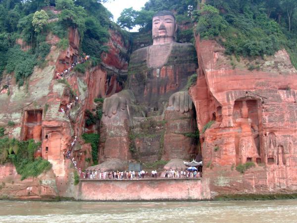 La statue du Grand Bouddha de Leshan a les pieds dans l'eau