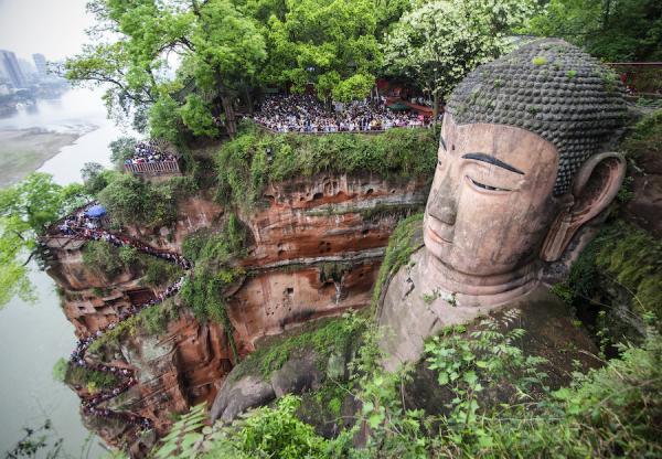 Le Bouddha de Leshan mesure 71 mètres de haut, ses oreilles mesure 7 mètres de long. (Image : Roon & Beks / flickr)
