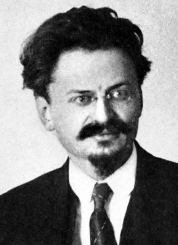 Trotsky (1879 – 1940), principal acteur avec Lénine de la Révolution d'Octobre, avait auparavant vécu aux États-Unis. Le père fondateur de l'Armée rouge soviétique a déclaré plus tard : «J'ai quitté les États-Unis avec le sentiment que ce pays allait façonner l'avenir de l'humanité». (Image : wikimedia / Published by Century Co, NY, 1921 / Domaine public)