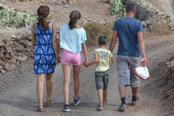 La randonnée familiale, exemple d'activité qui développe la motricité et le vivre ensemble. (Image :Ben Kerckx/Pixabay)
