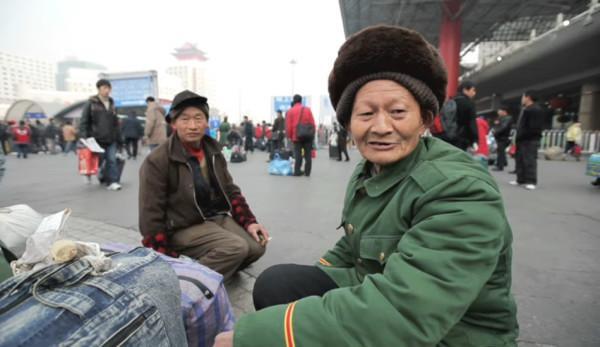 Selon les données officielles du gouvernement, le nombre de travailleurs migrants en Chine a chuté de façon spectaculaire à 129 millions en mars, ce qui suggère une perte massive d'emplois. (Image : Capture d'écran / YouTube)
