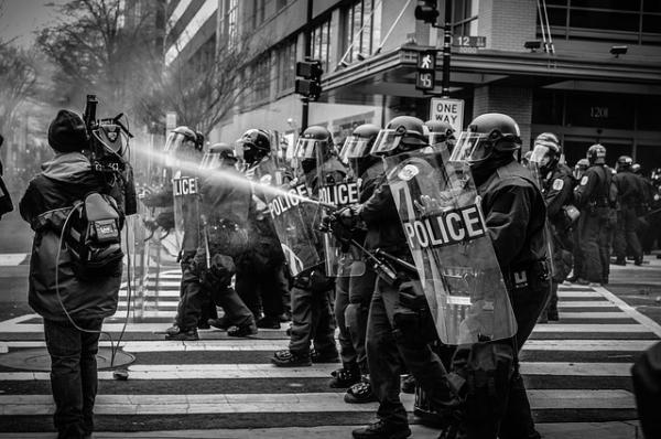 Cette violence de plus en plus «horrifiante» met en scène des agressions à l'égard d'individus, des corps de métiers, des commerces, des biens publics et privés, elle fait apparaître le cœur sombre et démoniaque de l'homme, que rien ne peut retenir, ni la morale, ni les institutions, ni la coutume, ni le respect, ni la crainte du Divin. (Image :StockSnap/Pixabay)