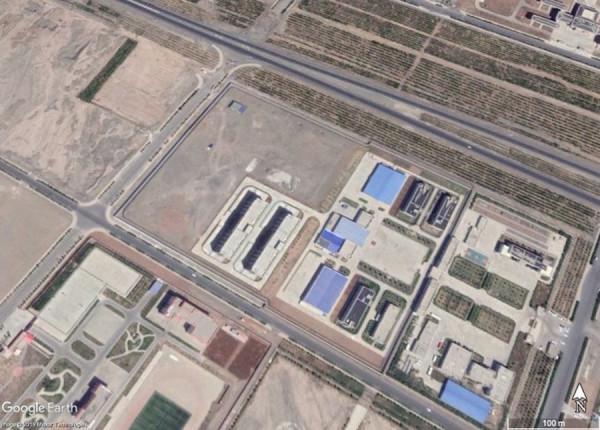 Une vue satellite du centre de rééducation de la ville de Turpan (42.955212°, 89.242028°) telle qu'obtenue par le chercheur Shawn Zhang à l'aide de Google Earth. Turpan est la région du Xinjiang où le film Mulan a été tourné. (Image : Google Earth)