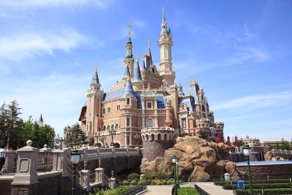 Disney s'est associé avec le groupe public chinois Shanghai Shendi Group, pour la gestion du parc Disneyland de Shanghai, illustré ci-dessus. Le groupe Shanghai Shendi détient les parts de contrôle du parc qui a ouvert en 2016. (Image : pixabay.com)