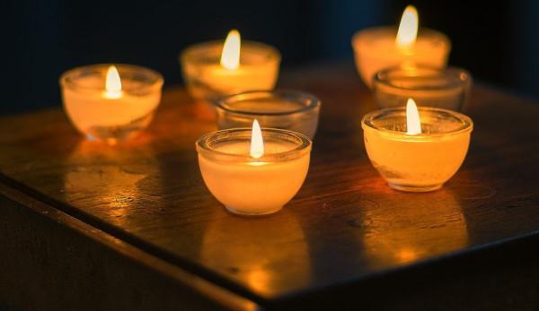 La femme pensait que ses voisins étaient si pauvres qu'ils n'avaient pas de bougies. (Image : pixabay/CC0 1.0)