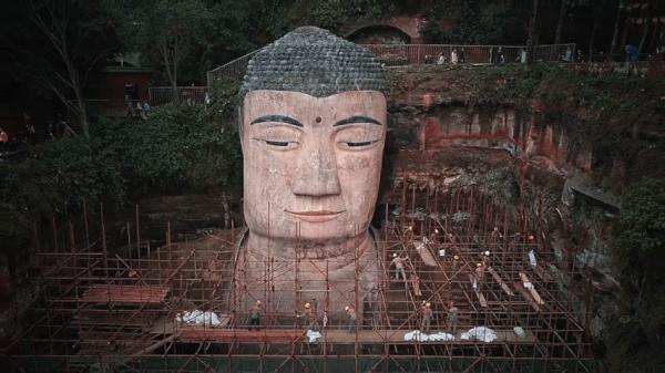 Le PCC a dépensé 6,8 millions de dollars US pour nettoyer et rénover le Bouddha géant mais n'a pas réussi à effacer les larmes du coin des ses yeux ! (Image : Capture d'écran / YouTube)