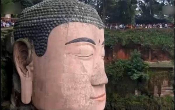 Dans l'histoire, les yeux du Bouddha géant de Leshan se sont fermés et ont versé des larmes à plusieurs reprises. (Image : Capture d'écran / YouTube)