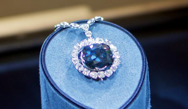 Le diamant Hope est l'un des joyaux les plus célèbres au monde. (Image : Julian Fong/flickr /CC BY-SA 2.0)