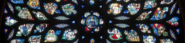 La rose ouest ou rosace occidentale, qui se trouve au-dessus du portail d'entrée, est de style gothique flamboyant et est dédiée à l'Apocalypse selon Saint Jean. (Vue générale de la rose © Franck Badaire - Centre des monuments nationaux – Photo de Presse)