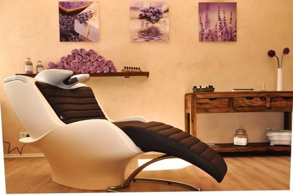 Un soin à la kératine chez le coiffeur est un moment de détente pour restaurer les cheveux. (Image :Christiane Brand/Pixabay)