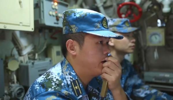 Deux officiers de la marine chinoise à l'intérieur d'un sous-marin. (Image : Capture d'écran / YouTube)