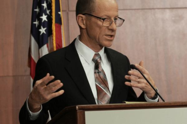 Le secrétaire d'État adjoint américain aux affaires de l'Asie de l'Est et du Pacifique, David R. Stilwell, qualifie la Chine de «tyran sans foi ni loi». (Image : Capture d'écran / YouTube)